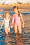 2 прелестных дет играя в море на пляже Стоковые Изображения RF