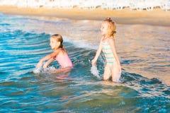 2 прелестных дет играя в море на пляже Стоковое Фото