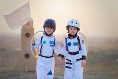 2 прелестных дет, играя в парке на заходе солнца, одели как a Стоковая Фотография RF