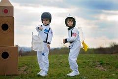2 прелестных дет, играя в парке на заходе солнца, одели как a Стоковое Изображение RF