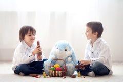 2 прелестных маленьких дет, братья мальчика, имеющ еду ch потехи Стоковые Изображения