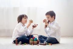 2 прелестных маленьких дет, братья мальчика, имеющ еду ch потехи Стоковое фото RF