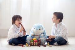 2 прелестных маленьких дет, братья мальчика, имеющ еду ch потехи Стоковое Изображение RF