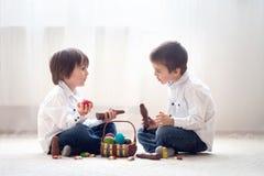 2 прелестных маленьких дет, братья мальчика, имеющ еду ch потехи Стоковая Фотография RF