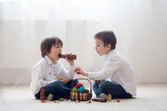 2 прелестных маленьких дет, братья мальчика, имеющ еду ch потехи Стоковое Фото