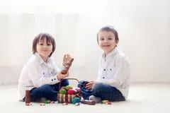 2 прелестных маленьких дет, братья мальчика, имеющ еду ch потехи Стоковое Изображение