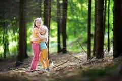 2 прелестных маленьких сестры в лесе на лете Стоковое Фото