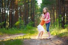 2 прелестных маленьких сестры в лесе на лете Стоковая Фотография