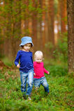 2 прелестных маленьких сестры в лесе Стоковая Фотография RF