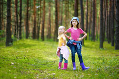 2 прелестных маленьких сестры в лесе Стоковые Изображения