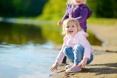 2 прелестных маленьких сестры играя рекой Стоковое Изображение RF