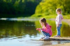 2 прелестных маленьких сестры играя рекой Стоковая Фотография RF