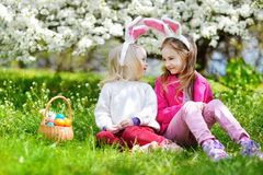 2 прелестных маленьких сестры играя с пасхальными яйцами на день пасхи Стоковые Изображения