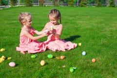 2 прелестных маленьких сестры играя с пасхой Стоковые Фото