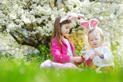 2 прелестных маленьких сестры имея потеху на день пасхи Стоковое Изображение