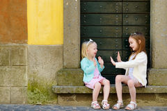 2 прелестных маленьких сестры имея потеху совместно на теплый и солнечный летний день Стоковые Фото