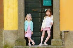 2 прелестных маленьких сестры имея потеху совместно на теплый и солнечный летний день Стоковые Фотографии RF