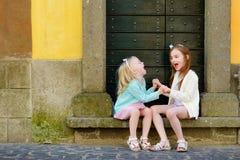 2 прелестных маленьких сестры имея потеху совместно на теплый и солнечный летний день Стоковое Фото