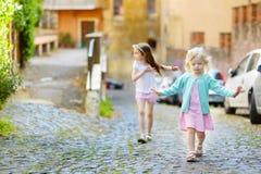 2 прелестных маленьких сестры имея потеху совместно на теплый и солнечный летний день Стоковая Фотография RF