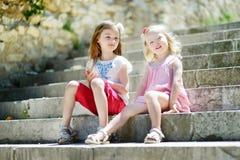 2 прелестных маленьких сестры имея потеху совместно Стоковые Фотографии RF