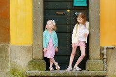 2 прелестных маленьких сестры имея потеху совместно Стоковое Изображение