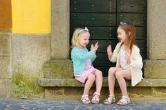 2 прелестных маленьких сестры имея потеху совместно Стоковая Фотография RF