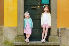 2 прелестных маленьких сестры имея потеху совместно Стоковое Фото
