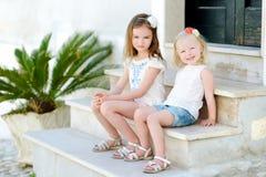 2 прелестных маленьких сестры имея потеху Стоковое Изображение