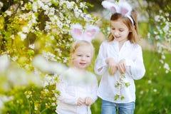 2 прелестных маленьких сестры нося уши зайчика на день пасхи Стоковое Изображение RF