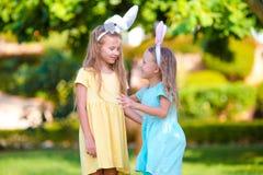 2 прелестных маленьких сестры нося уши зайчика на день пасхи outdoors Стоковые Фото