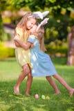 2 прелестных маленьких сестры нося уши зайчика на день пасхи outdoors Стоковое Изображение RF