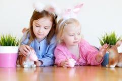 2 прелестных маленьких сестры нося уши зайчика на пасхе Стоковая Фотография RF