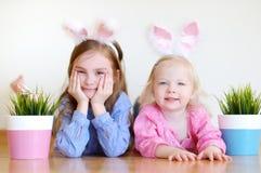 2 прелестных маленьких сестры нося уши зайчика на пасхе Стоковое Изображение RF