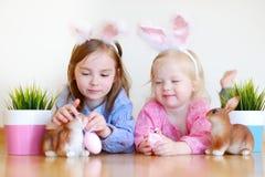 2 прелестных маленьких сестры нося уши зайчика на пасхе Стоковые Фотографии RF