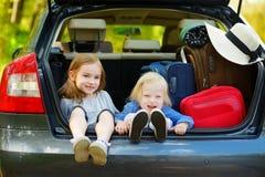 2 прелестных маленьких сестры сидя в автомобиле Стоковая Фотография RF