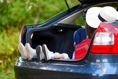 2 прелестных маленьких сестры сидя в автомобиле Стоковое Фото