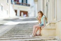 2 прелестных маленьких сестры смеясь над и обнимая Стоковое Изображение