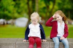 2 прелестных маленьких сестры outdoors Стоковые Изображения RF