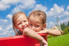 2 прелестных маленьких счастливых девушки имея потеху внешнюю Стоковые Изображения RF