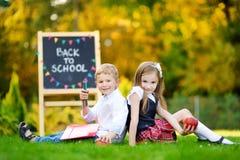 2 прелестных маленького ребенка идя назад к школе Стоковая Фотография