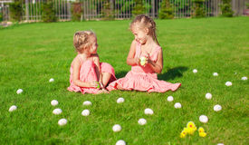 2 прелестных маленькой девочки имея потеху с пасхой Стоковое фото RF