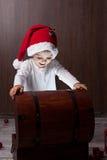 2 прелестных мальчика, раскрывая деревянный комод Стоковое Фото
