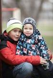 2 прелестных молодых брать outdoors в зиме Стоковая Фотография