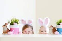 2 прелестных сестры нося уши зайчика на день пасхи Стоковые Изображения