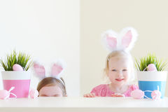2 прелестных сестры нося уши зайчика на день пасхи Стоковая Фотография RF