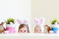 2 прелестных сестры нося уши зайчика на день пасхи Стоковое Фото
