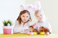 2 прелестных сестры нося уши зайчика на день пасхи Стоковое фото RF