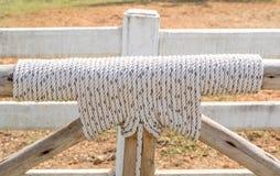 Предел с узлом веревочки и деревянное как обнести обрабатываемая земля Стоковое Фото