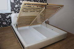 Предкрылки под тюфяком для кровати стоковые изображения rf