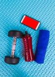 Предметы первой необходимости разминки на спорте циновки йоги и здоровом concep жизни Стоковые Изображения RF